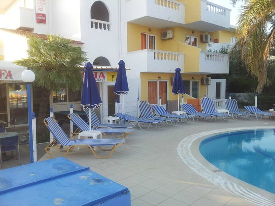 Moscha Hotel: Pool area 'clean as a whistle' everyday!