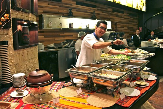 El Pardo DoubleTree by Hilton Hotel : Peruvian buffet options with the friendly chef