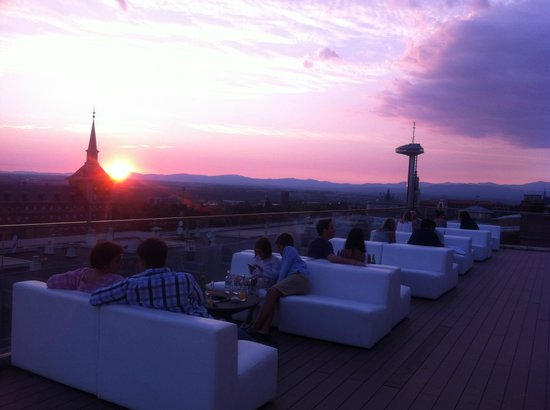 Hotel Exe Moncloa: Roof terrace evening view