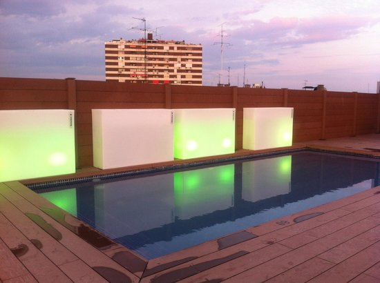 Hotel Exe Moncloa: Roof terrace with pool in evening
