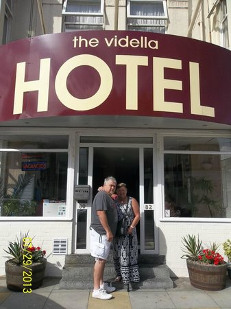 Vidella Hotel: LYNNE & RAY OUTSIDE VIDELLA