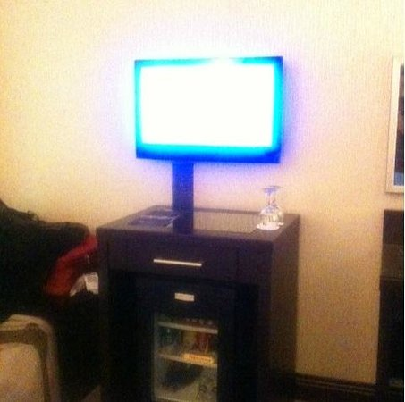 Senator Hotel: Small TV with almost nothing to watch except CNN, no movie channel