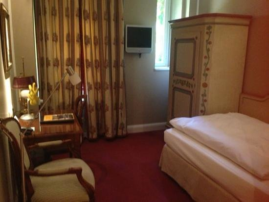 Hotel Splendid-Dollmann: room is small