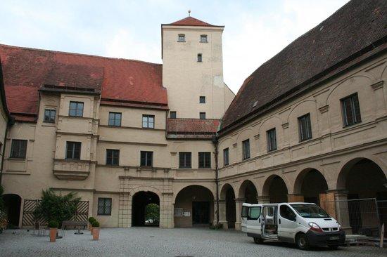 Museum im Wittelsbacher Schloss: cortile