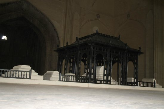 Gol Gumbaz : tomb of Adil Shah and his family