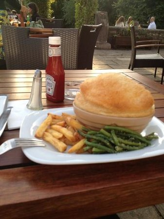 The Victoria Arms: tiny chip portion & garlic butter covered over cooked green beans