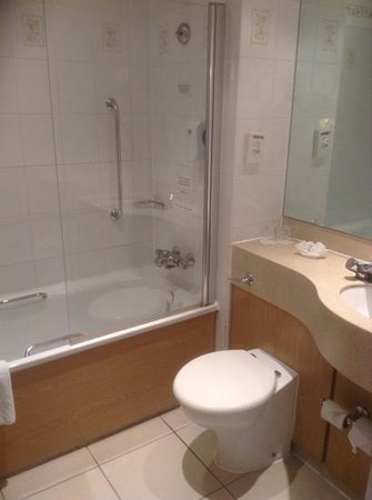 Village Hotel Coventry: bathroom