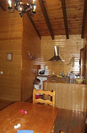 Casas De Madera Los Molinos: Cocina y salón