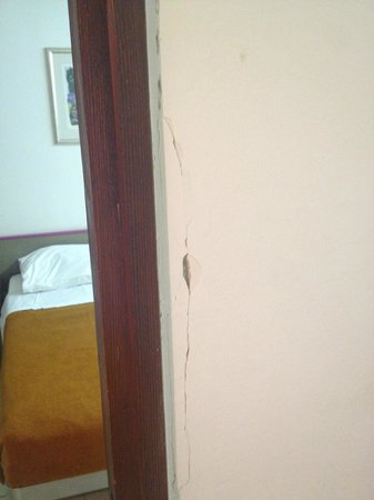 Horizont Golden Rocks Resort: Broken Wall