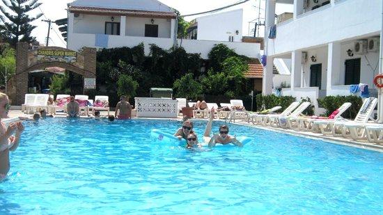 Chandris Apartments: Pool