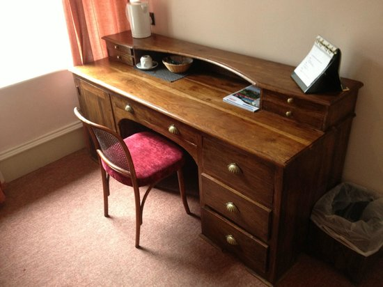 The Original Raj Hotel : desk in room