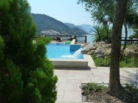 Kallisto Resort: Blick über Pool auf Küste