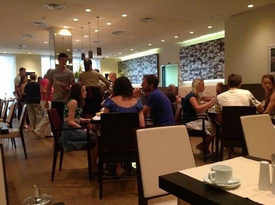 K+K Hotel Picasso: breakfast bar