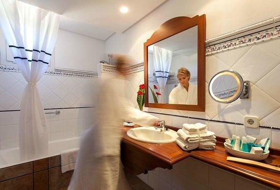 Hotel Cala Sant Vicenc: Baño Junior Suite