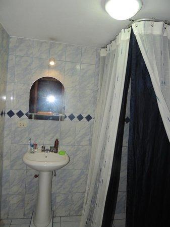 Hotel Casona Solar: Bagno Casona Solar con telo doccia blu notte