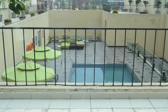 Hotel 6 Chandigarh Zirakpur: Pool view from the 'King Splash Room' on the First Floor