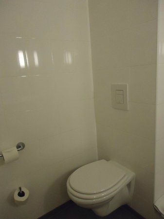 Hotel Ibis Lisboa Jose Malhoa : WC dans la salle de bains