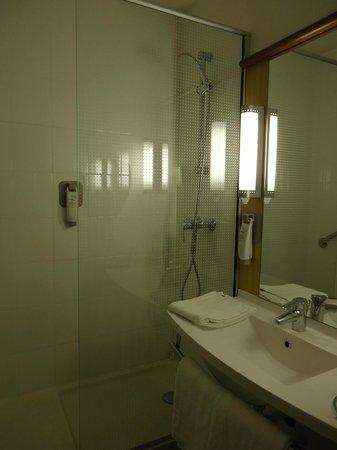 Hotel Ibis Lisboa Jose Malhoa : Douche et lavabo