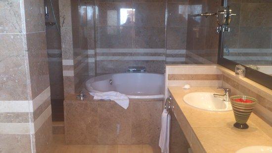 Catalonia Majorica Hotel: Bad suite