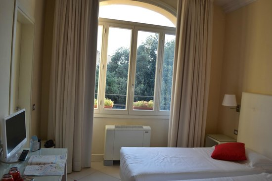 Residenza Fiorentina: Beautiful high windows