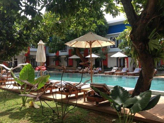 Ozz Hotel Kuta: Piscina
