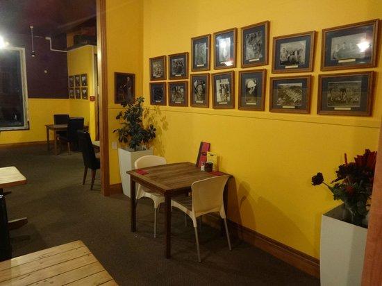 Denniston Dog Restaurant & Bar: Interior