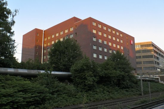 Ibis Hamburg Alsterring: The hotel as seen from the S-bahn platform