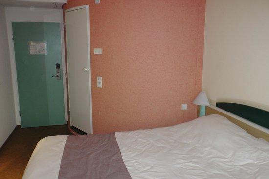 Ibis Hamburg Alsterring: The room and the entrance, the bathroom door