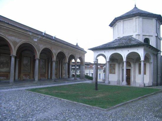 Hotel Elvezia : la place de l'église à côté