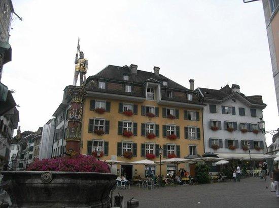 Zunfthaus zu Wirthen: la place sur laquelle l'hotel est situe (juste derrière la colonne)