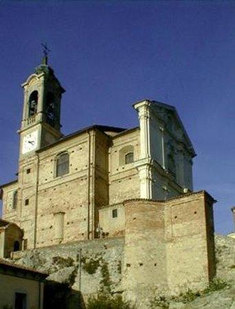 Torricella Verzate, Italie : Il Santuario dal basso; a destra è il sagrato con la Via Crucis.