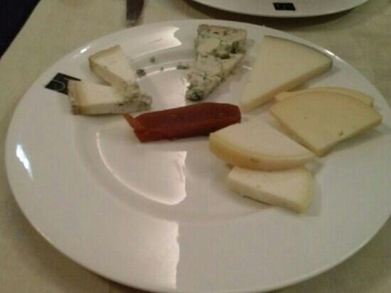 JJ Parrilla Restaurante : Tabla de quesos asturianos.