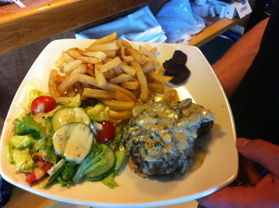 Mafiozzo's Restaurant & Pizzeria: Beet fillet with chips and salad