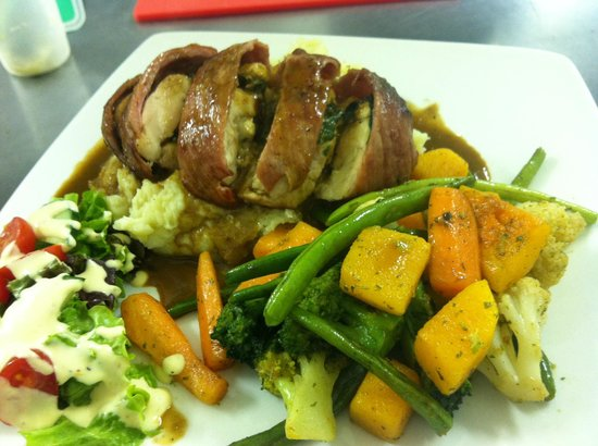 Mafiozzo's Restaurant & Pizzeria: Spinach & fets stuffed chicken breast with veggies & salad