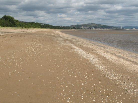 Mercure Swansea: Beach walk back to Swansea