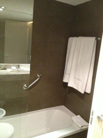 Sercotel Amister Art Hotel: Tub