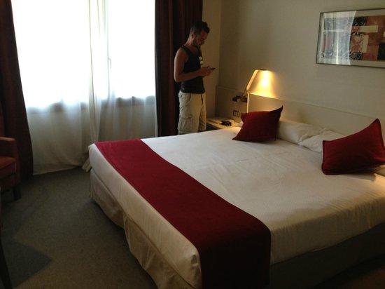 Sercotel Amister Art Hotel: Room