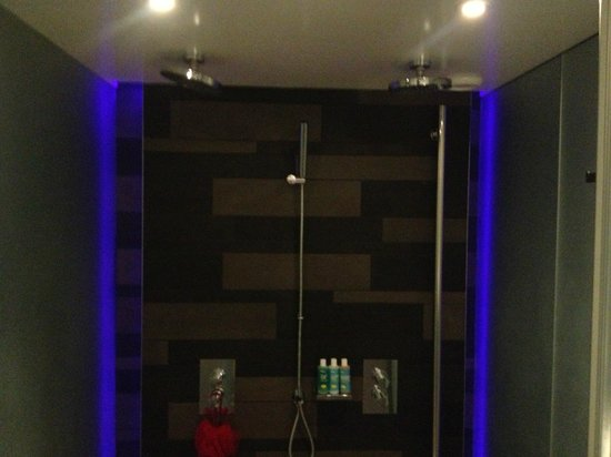 W London Leicester Square: Dual Shower heads in walk in shower Wow Suite