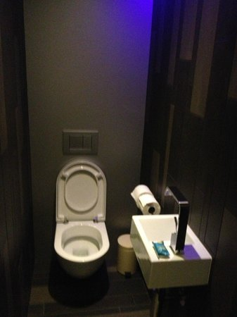 W London Leicester Square: Powder Room for Guest Wow Suite