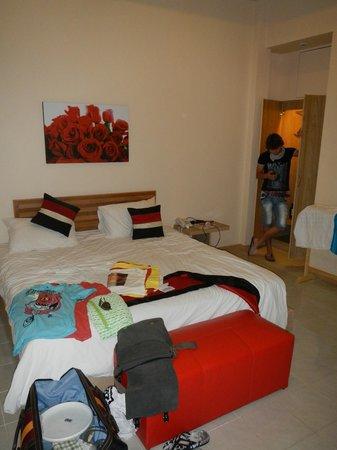 Eazy Resort Kata Beach: кровать шириной 180, в шкафу зонты и сейф