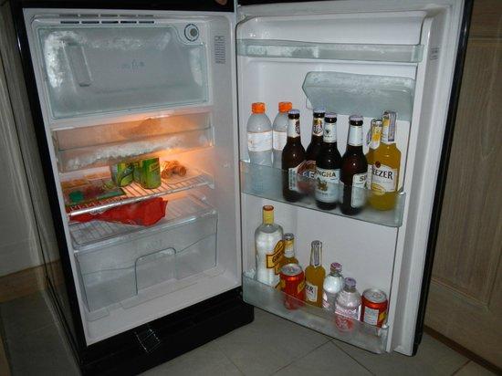 Eazy Resort Kata Beach: холодильник достаточно вместителен для такого ужина-)