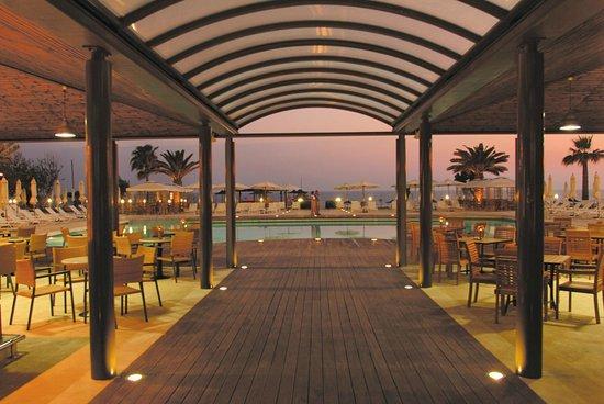 Louis Ledra Beach: Pool Restaurant Evening