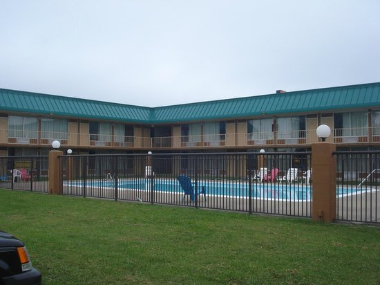 Red Roof Inn & Suites Cave City: Pool