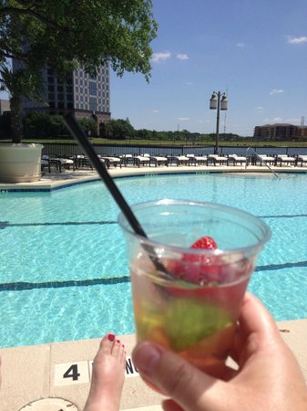 Omni Mandalay Hotel at Las Colinas: Enjoying a drink at the pool