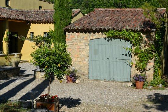 Le Mas du Loriot : The courtyard