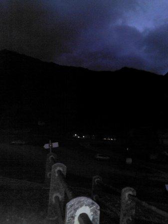 Aalts Dorf : serale (dall'ingresso della dependance) verso il villaggio di Riale