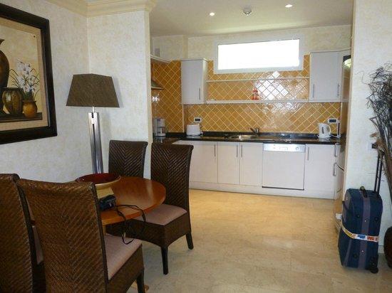 El Nautico Suites: The well fitted kitchen and dining area