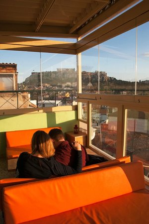 AthenStyle Hostel: Rooftop Bar - View of Acropolis