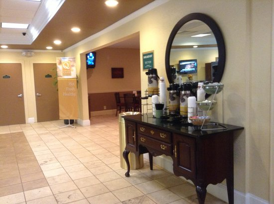 Red Roof Inn & Suites Anderson, SC: Coffee in lobby