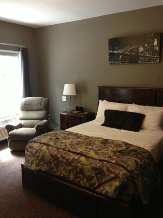 Hotel Harrington: large firm bed and recliner